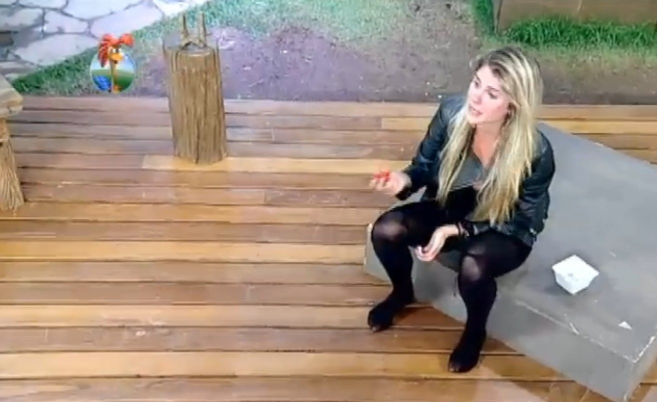 18.set.2013 - Bárbara Evans reclamou ao ter que mastigar três pimentas
