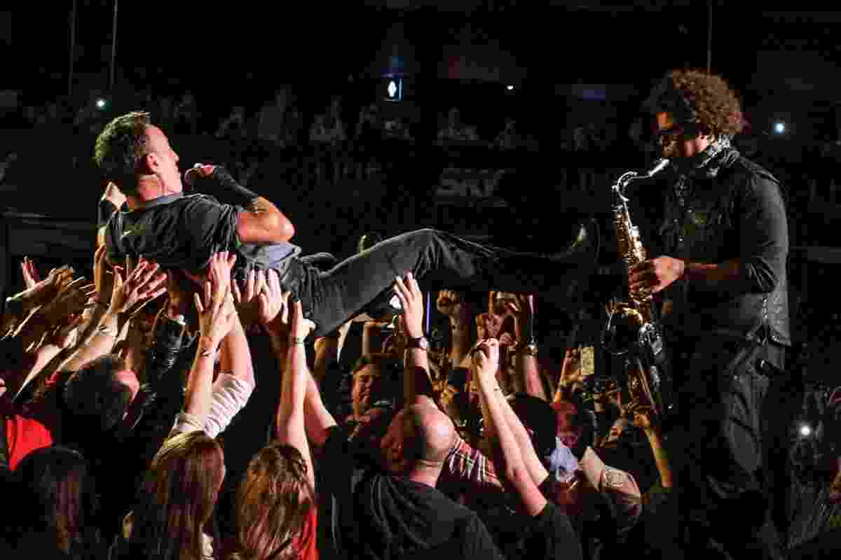 18.set.2013 - Cantor americano Bruce Springsteen é carregado pelo público em show no Espaço das Américas, em São Paulo; ele se apresenta no Rock in Rio no próximo sábado (21) - Foto Rio News