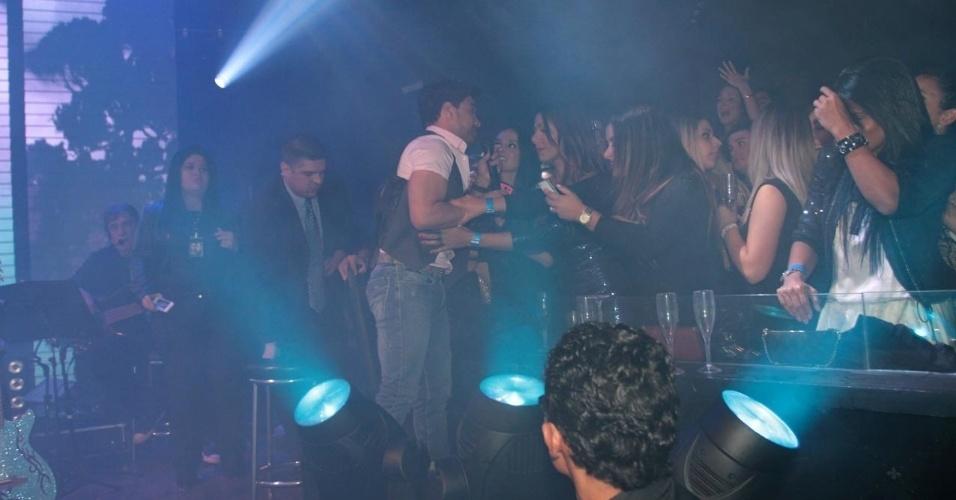 18.set.2013 - Depois de tropeçar e cair em canhão de luz, Zezé Di Camargo recebe ajuda das fãs para se arrumar durante show no Villa Mix, em São Paulo