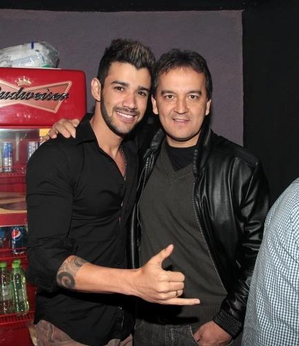 18.set.2013 - Gusttavo Lima e Amarildo Santana, pai de Luan Santana, posam juntos antes do show de Zezé Di Camargo e Luciano no Villa Mix em SP