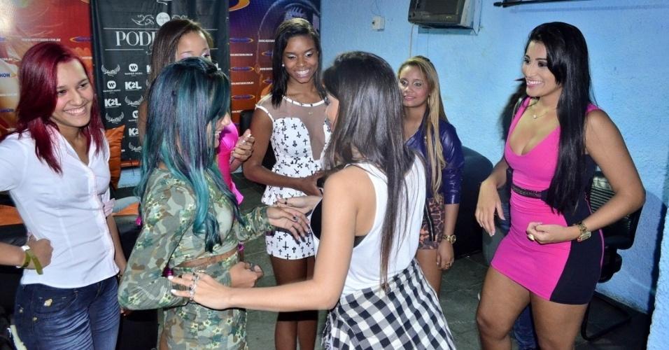 18.set.2013 - Anitta e o Bonde das Maravilhas conversando no camarim.