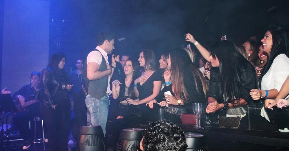 18.set.2013 - Zezé Di Camargo canta para fãs durante o show