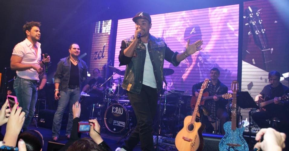 18.set.2013 - Zezé Di Camargo e Luciano recebem o cantor Naldo durante a apresentação do show