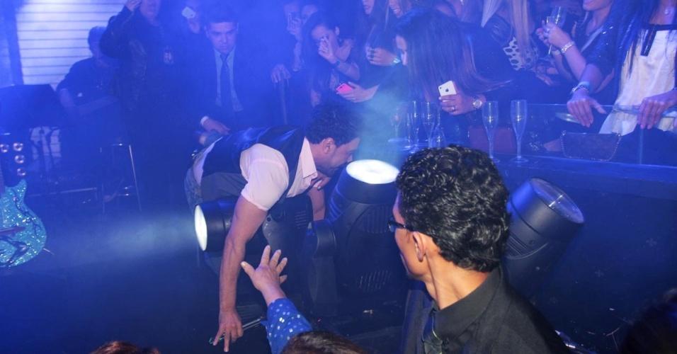18.set.2013 - Zezé Di Camargo tropeça e cai em canhão de luz durante show no Villa Mix, em São Paulo