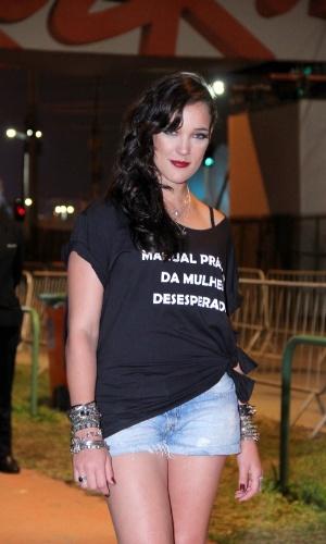 """19.set.2013 - A atriz Adriana Birolli usa uma camiseta com o título da peça em que atua, """"Manual Prático da Mulher Desesperada"""", para divulgar seu trabalho no Rock in Rio"""