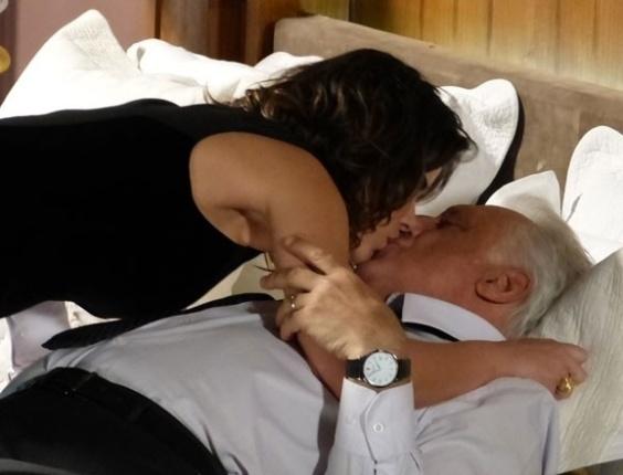 19.set.2013 - Aline (Vanessa Giácomo) faz a cabeça de César (Antonio Fagundes) para cortar o dinheiro de Paloma.
