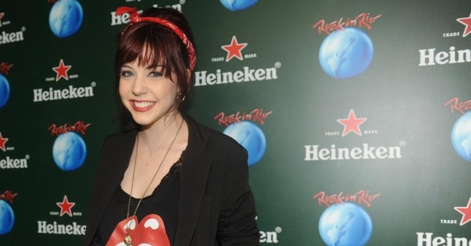 """19.set.2013 - Bia Arantes, a Cleo de """"Sangue Bom"""", usa camiseta com o símbolo dos Rolling Stones"""