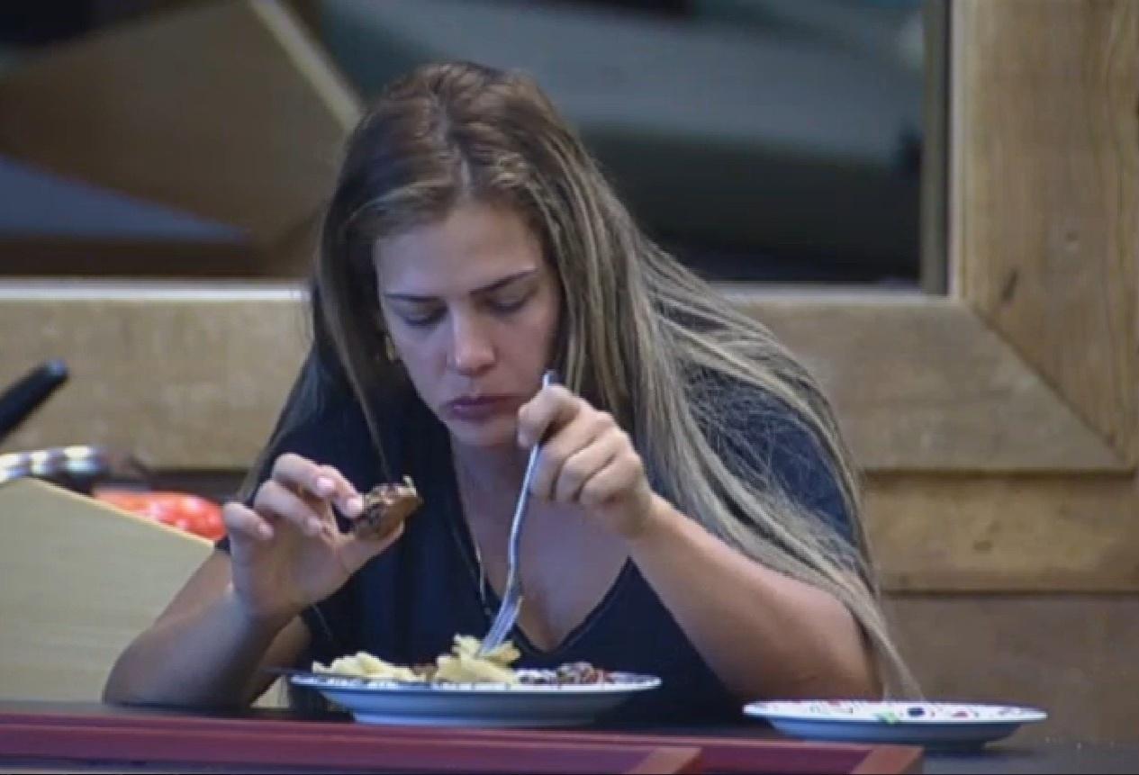 19.set.2013 - Denise Rocha almoçando