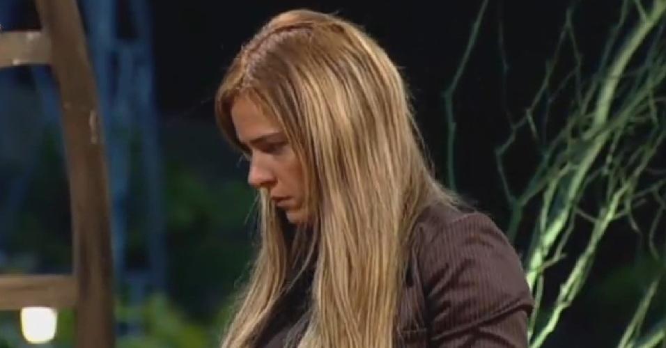 19.set.2013 - Denise Rocha veste terninho para participar de atividade e se emociona