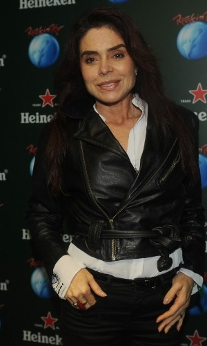 19.set.2013 - A cinquentona Françoise Forton - a atriz está com 57 anos - curte o dia dos metaleiros no Rock in Rio