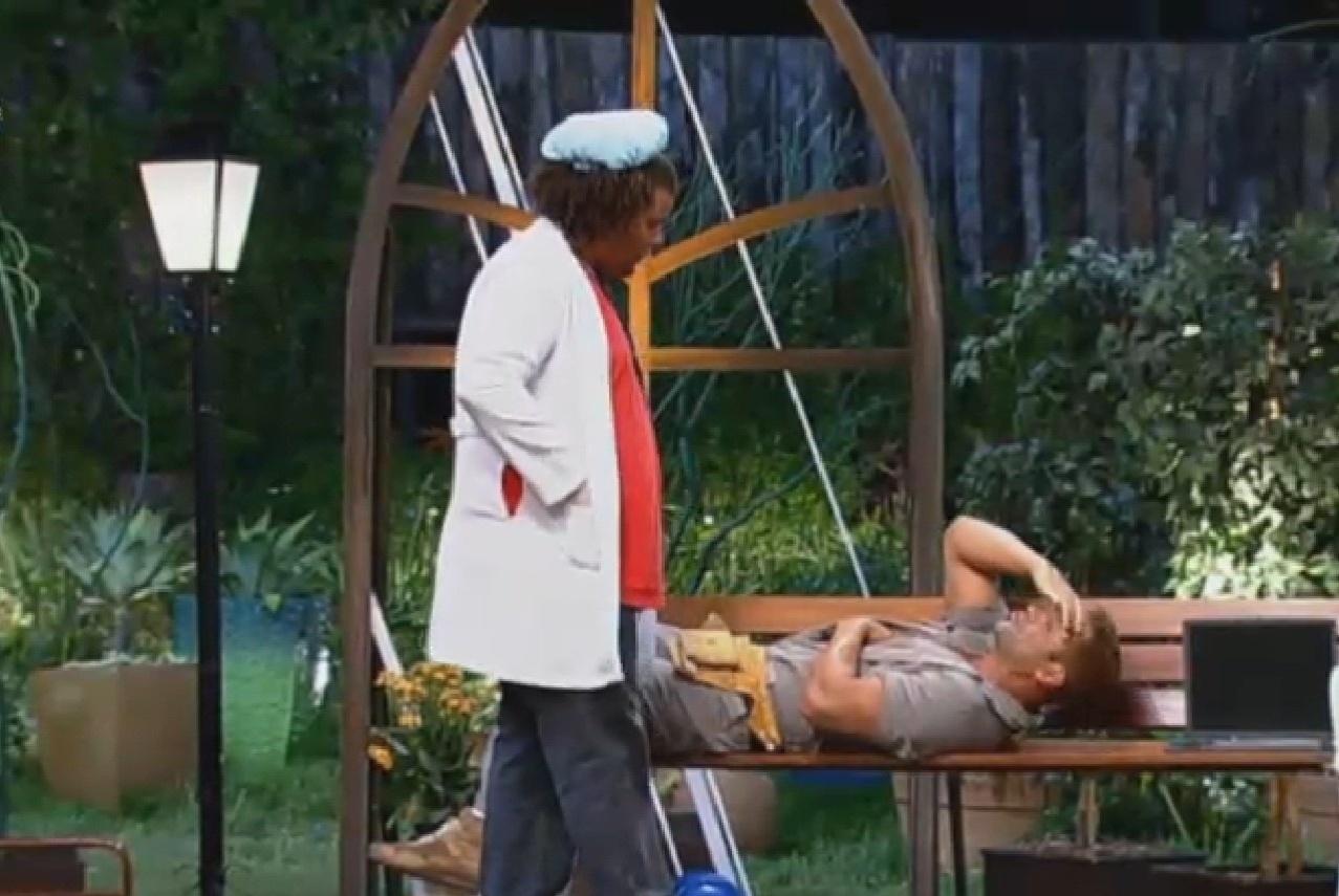 19.set.2013 - Gominho e Marcos Oliver encarnam seus personagens em atividade de teatro