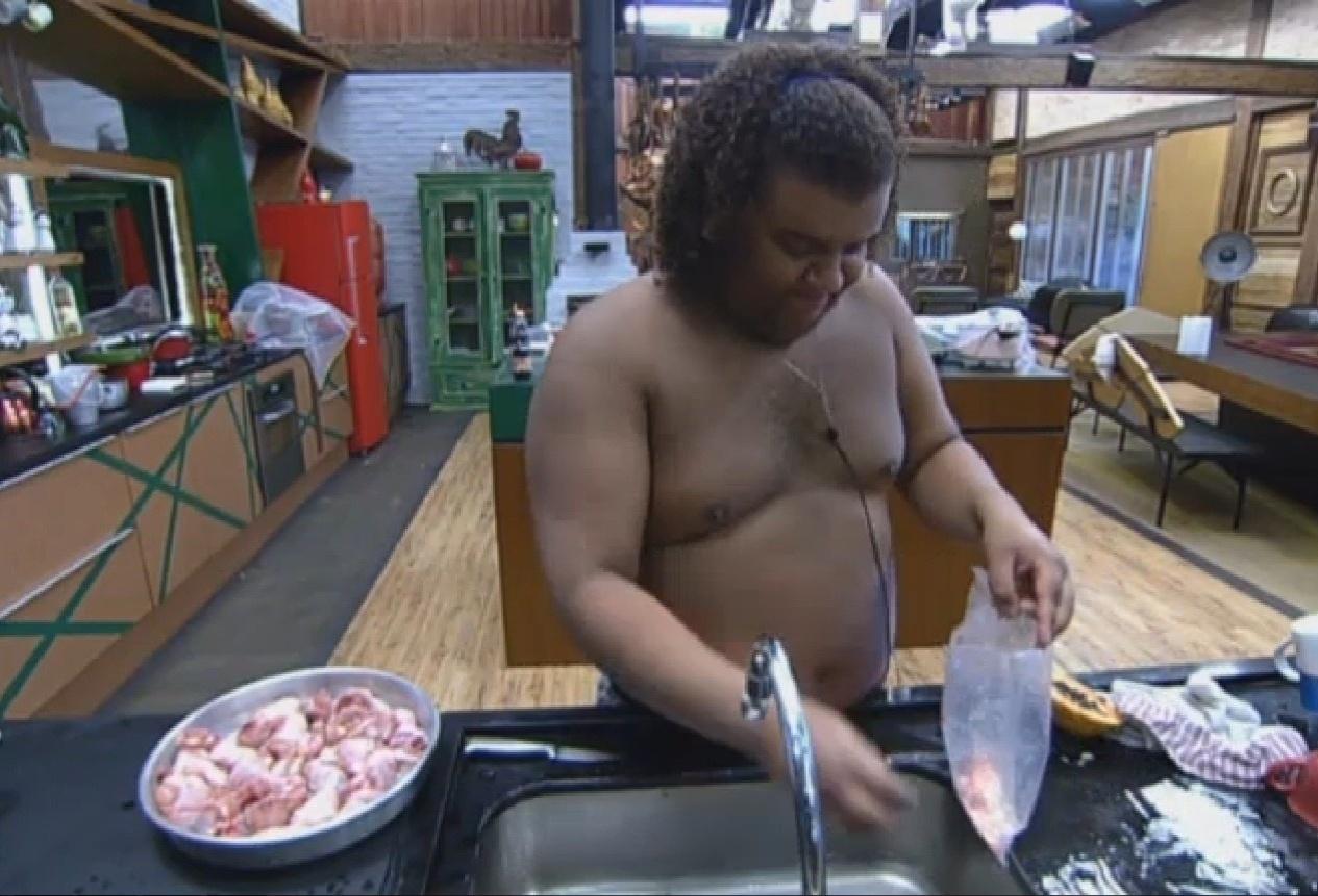 19.set.2013 - Gominho fazendo o almoço