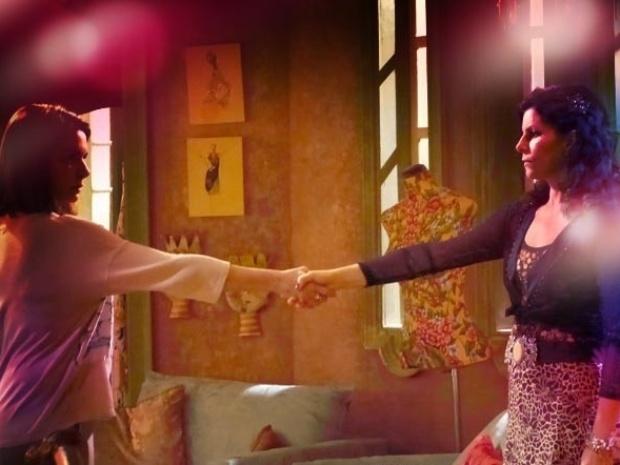19.set.2013 - Helena (Angela Figueiredo) pede perdão a Risoleta (Débora Bloch)