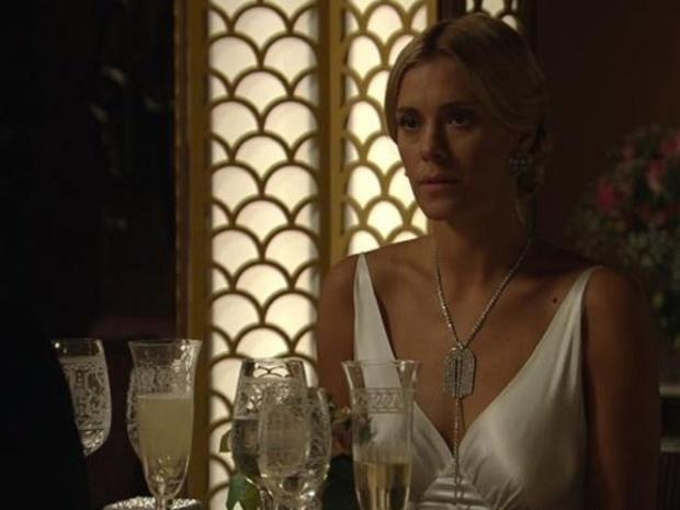 19.set.2013 - Iolanda (Carolina Dieckmann) vai a jantar com Ernest (José de Abreu) sem desconfiar de farsa
