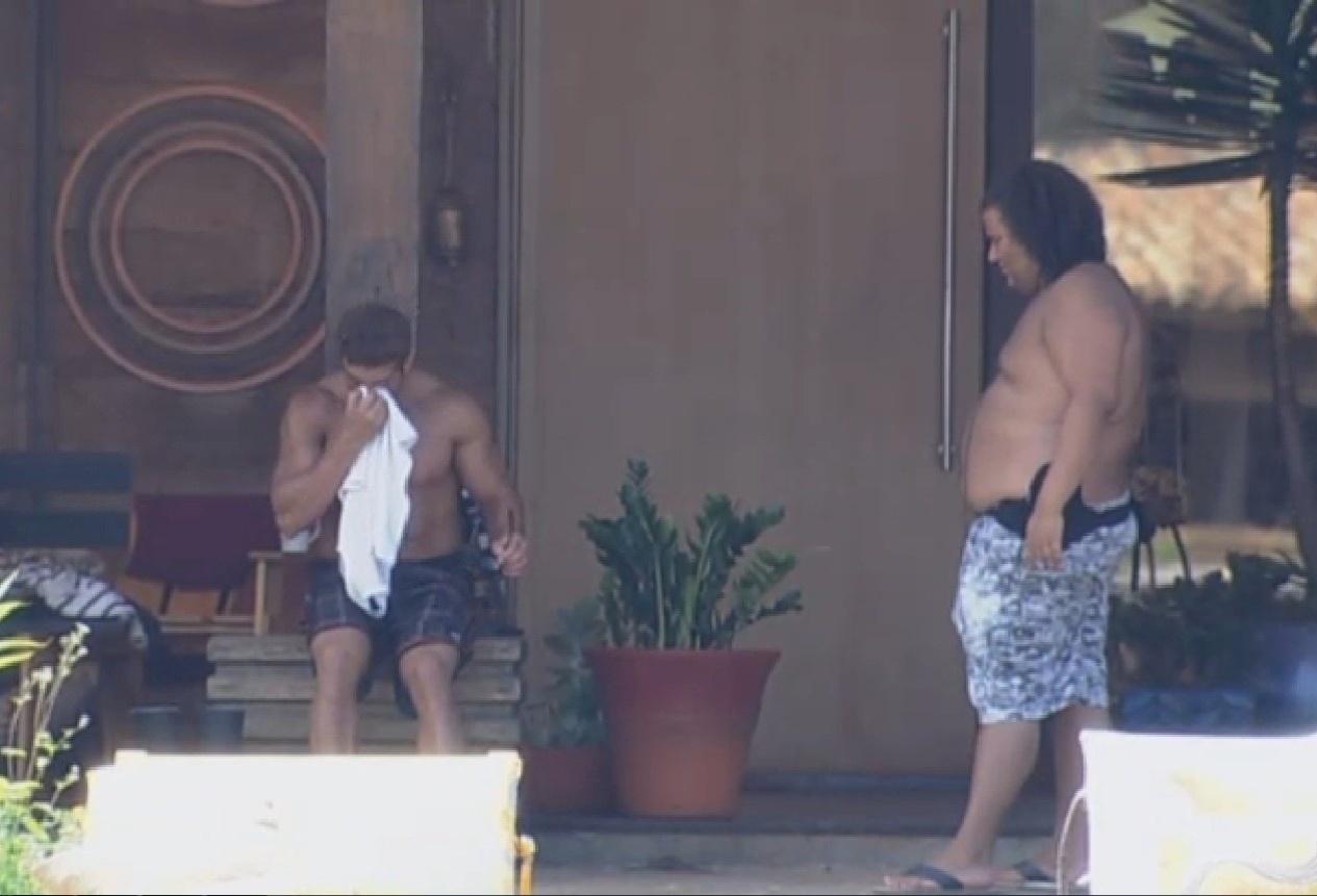 19.set.2013 - Marcos Oliver contando para Gominho que se machucou