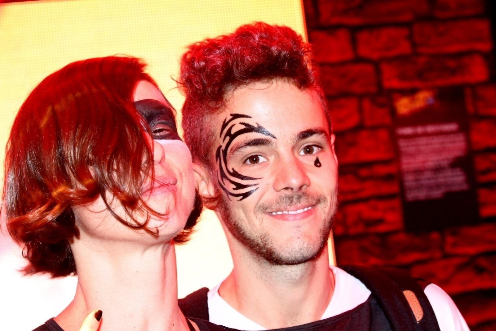 19.set.2013 - Maria Paula e o namorado Victor pintam o rosto em um camarote do Rock in Rio