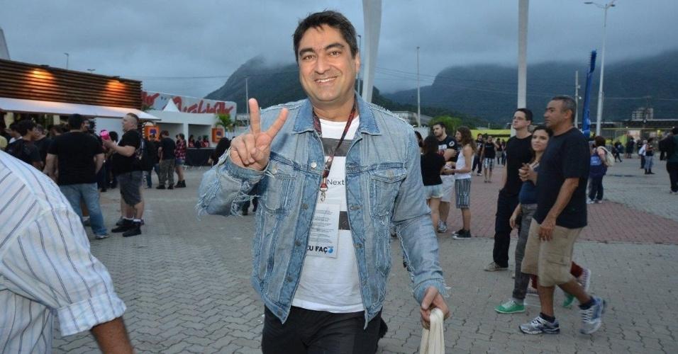 19.set.2013 - O apresentador Zeca Camargo circula pela Cidade do Rock e acena para os paparazzi no quarto dia de shows do Rock in Rio