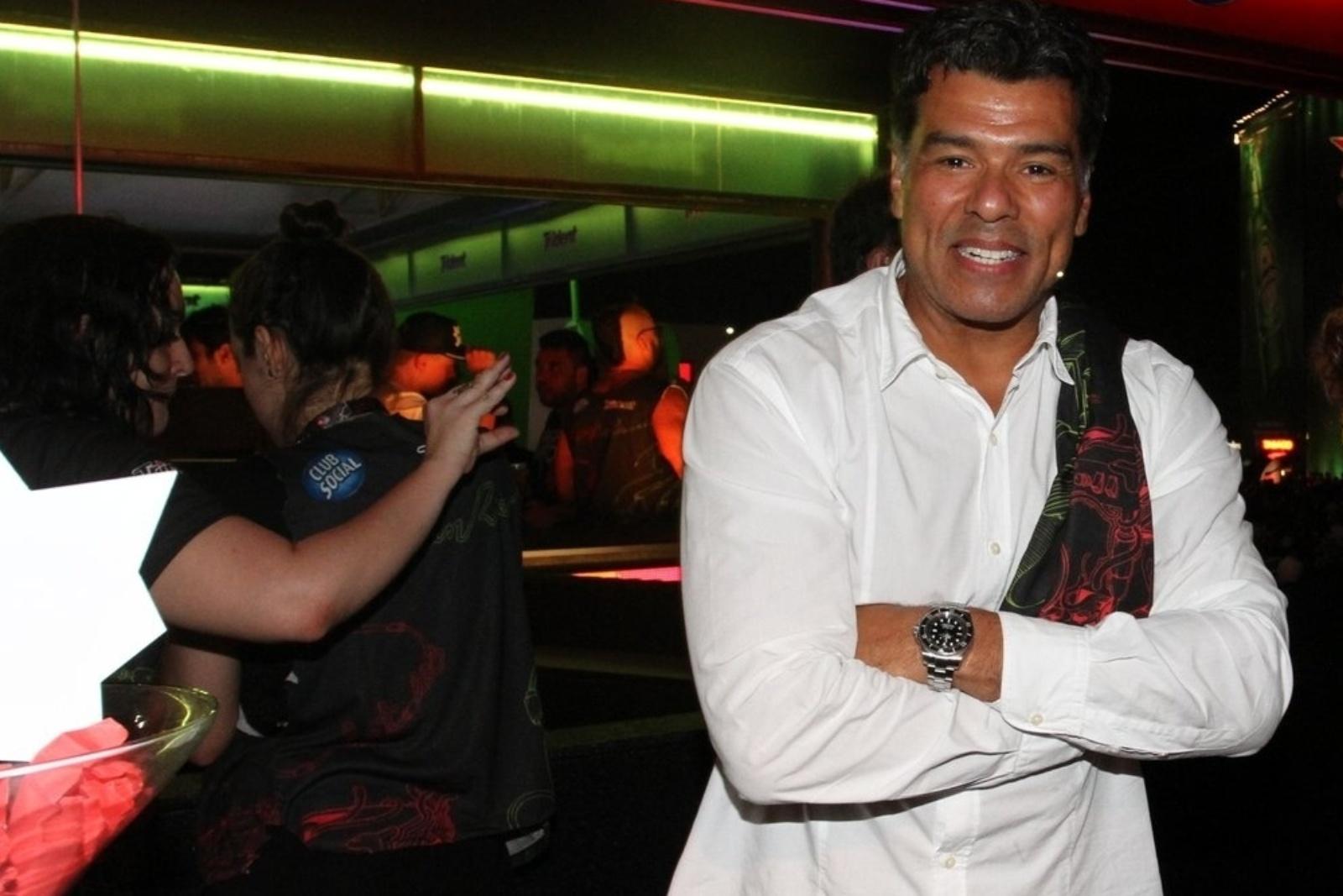 19.set.2013 - O ator Maurício Mattar é 'trollado' por uma convidada que zoa a foto em um camarote no Rock in Rio