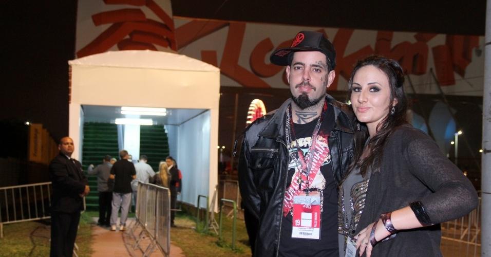 19.set.2013 - O vocalista da banda Detonautas, Tico Santa Cruz, leva a mulher Luciana no dia dedicado ao metal