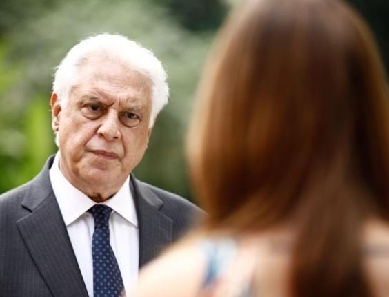 19.set.2013 - Paloma (Paolla Oliveira) e César (Antonio Fagundes) discutem quando César sai de casa.