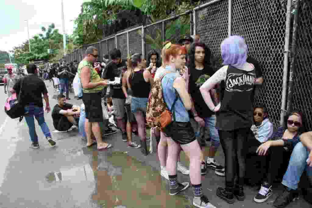 19.set.2013 - Público já faz fila e aguarda a abertura dos portões do primeiro dia de shows da segunda semana de Rock in Rio - Zulmair Rocha/UOL