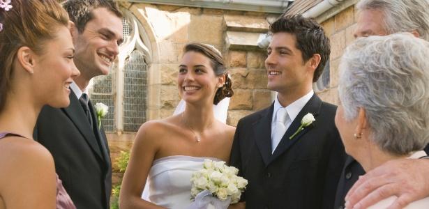 Noivos recepcionam os convidados do casamento - Thinkstock