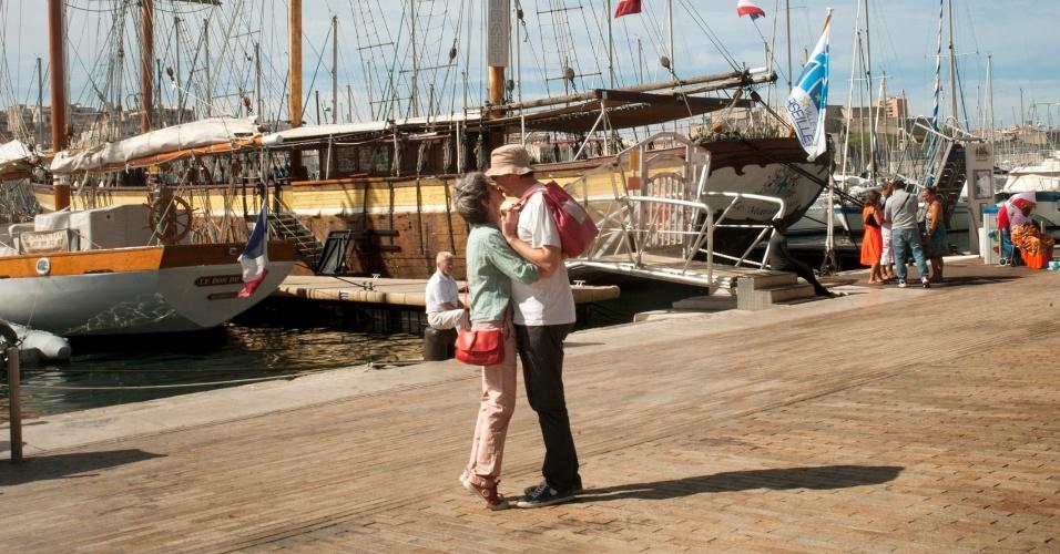 Situada em um porto mediterrâneo esplêndido, Marselha está cercada por colinas e abençoada com uma média de 300 dias de sol/ano, além de contar com uma grande variedade de museus, ótimos restaurantes e uma população vibrante e multicultural