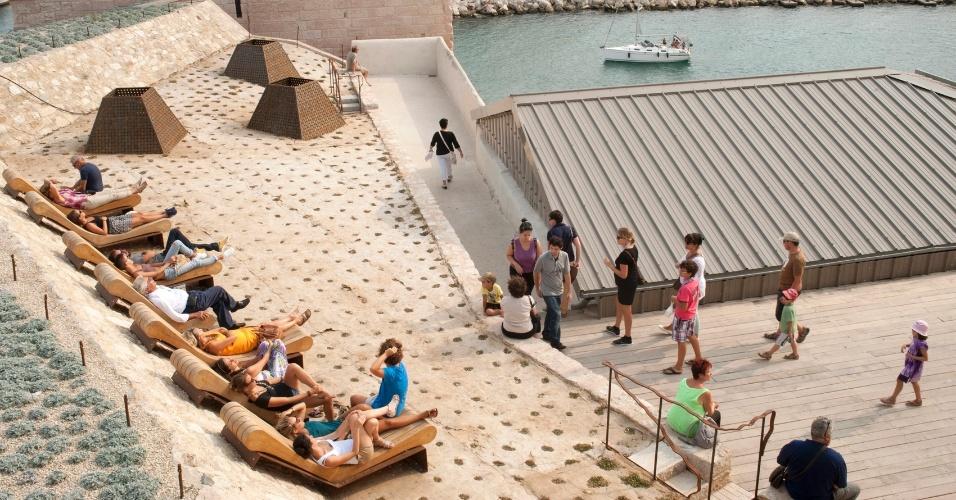 Turistas se juntam nos arredores do Forte St.-Jean, estrutura imponente de Marselha do século 12