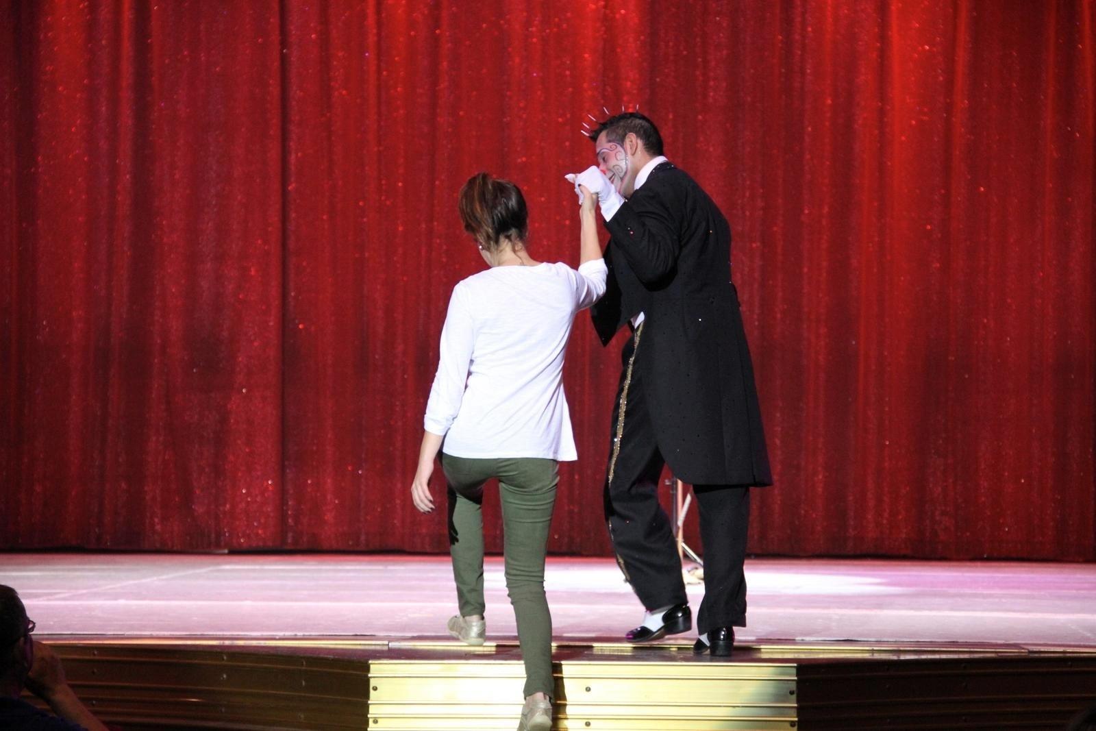 18.set.2013 - Fernanda Paes Leme sobe ao palco durante apresentação do circo Tihany, na Barra da Tijuca, no Rio