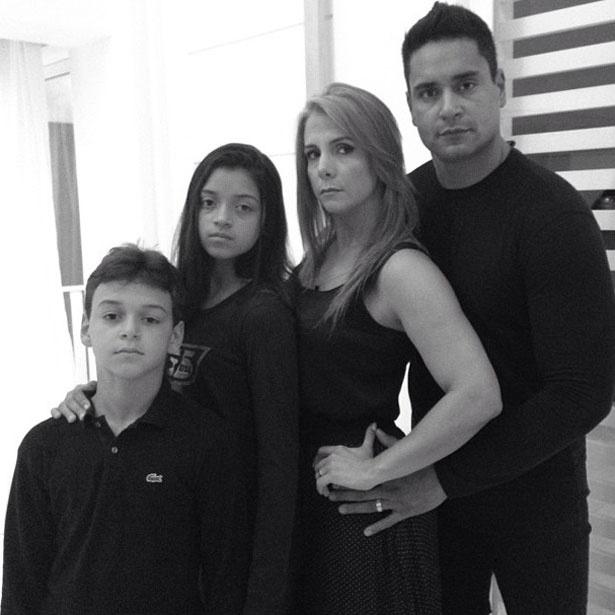 """19.set.2013 - Carla Perez, Xanddy e os filhos se inspiraram nas atrizes de """"Amor à Vida"""" para também protestar contra a decisão do STF (Supremo Tribunal Federal) de reabrir o julgamento dos mensaleiros"""