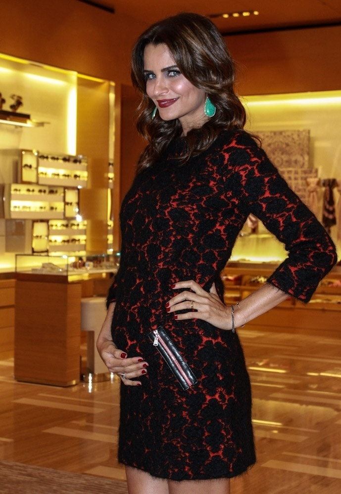 19.set.2013 - Grávida, a top model Fernanda Motta vai a evento de moda em shopping de São Paulo