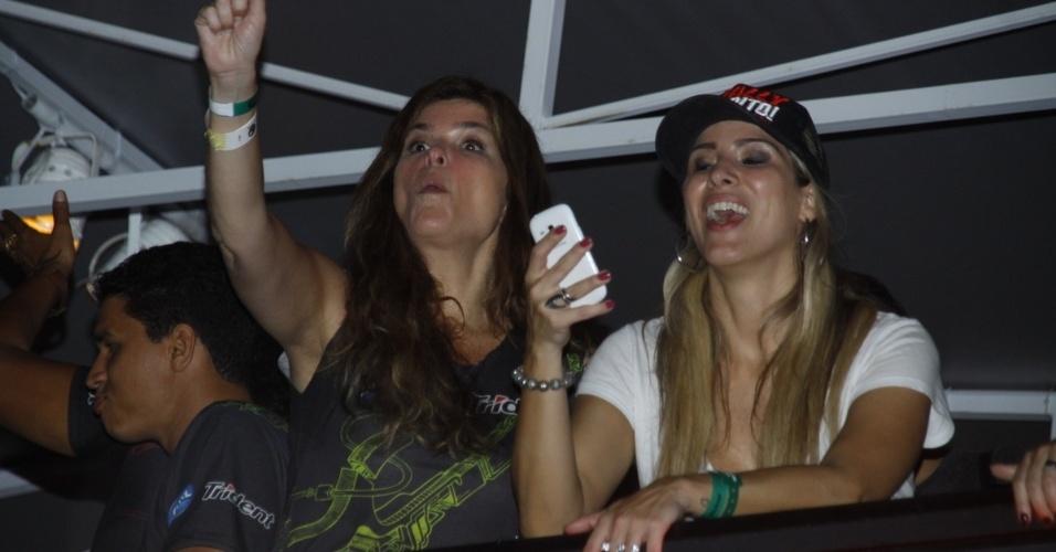 20.set.2013 - Ao lado de Dany Bananinha, a atriz Cristiana Oliveira gesticula do alto de um camarote do Rock in Rio