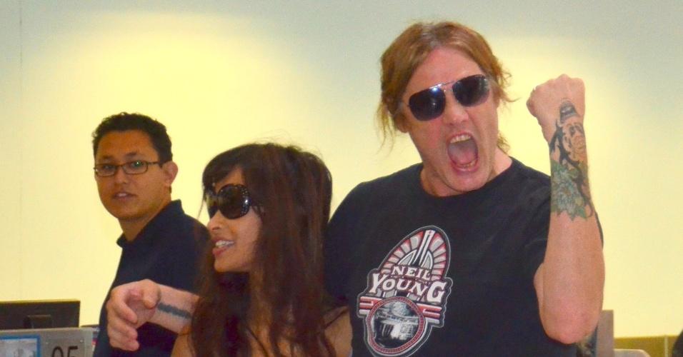 20.set.2013 - Após tocar no Rock in Rio, Sebastian Bach embarca em aeroporto no Rio. O músico estava acompanhado da modelo Minnie Gupta