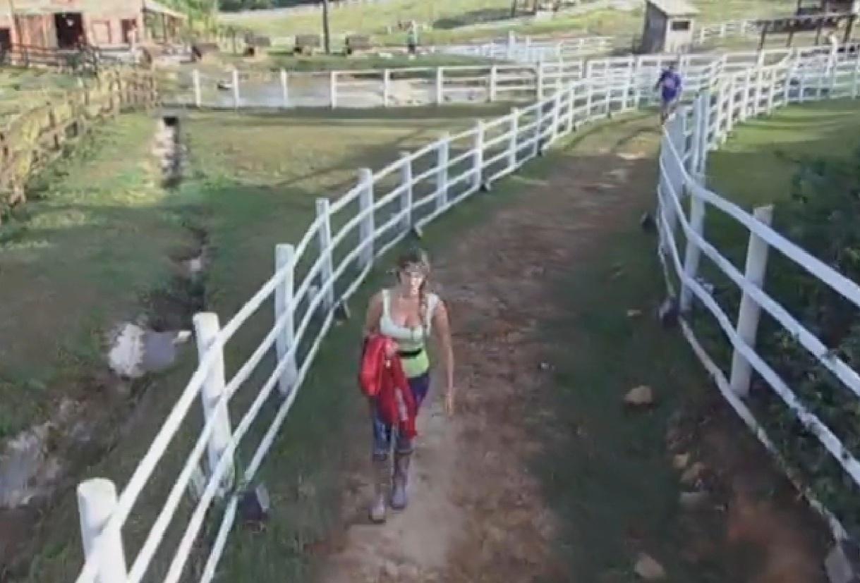 20.set.2013 - Bárbara diz que está traumatizada depois de ter caído fugindo dos avestruzes