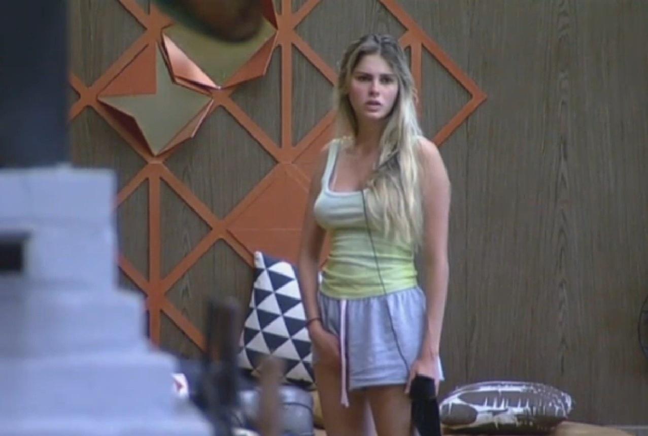 20.set.2013 - Bárbara Evans conversando com Mateus na cozinha