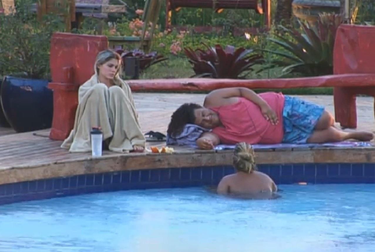 20.set.2013 - Bárbara Evans, Gominho e Mulher Filé conversando na piscina