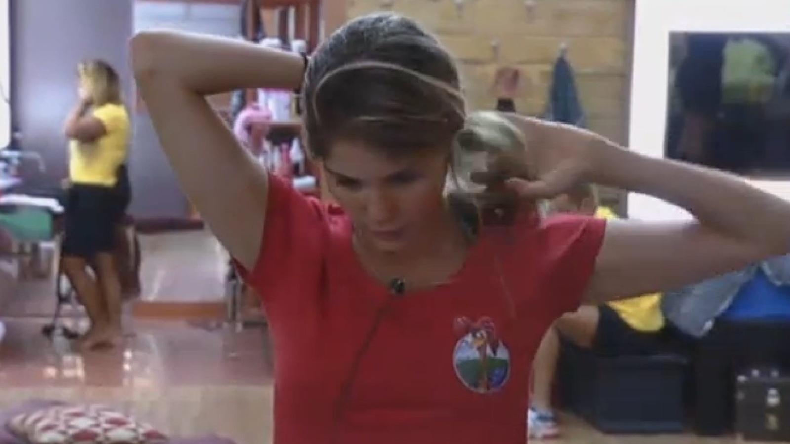 20.set.2013 - Bárbara Evans veste roupas enviadas pela produção do programa para participar de atividade