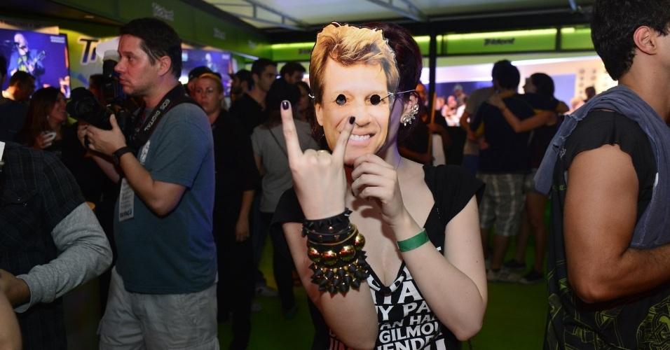 """20.set.2013 - Bia Arantes, a Cleo de """"Sangue Bom"""", vai usar uma máscara de Jon Bon Jovi durante o show do músico no Rock in Rio"""
