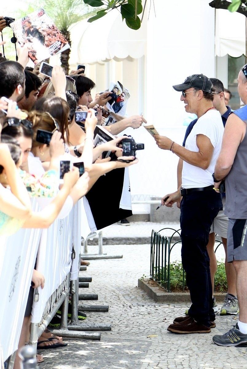 20.set.2013 - Bruce Springsteen atende fãs na porta do hotel em que está hospedado no Rio. Atração do Rock in Rio, o cantor é o último a se apresentar no Palco Mundo neste sábado (21)