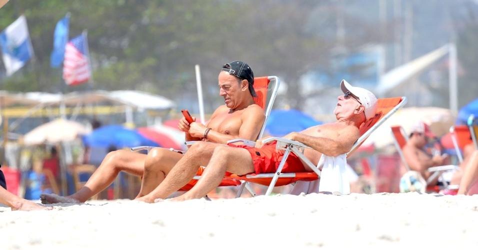 20.set.2013 - Bruce Springsteen vai à praia da Barra com amigos. O músico é o último a se apresentar no Palco Mundo neste sábado (21)