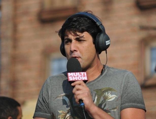 20.set.2013 - Bruno De Luca grava reportagem para o canal Multishow na Cidade do Rock durante o quinto dia de Rock in Rio