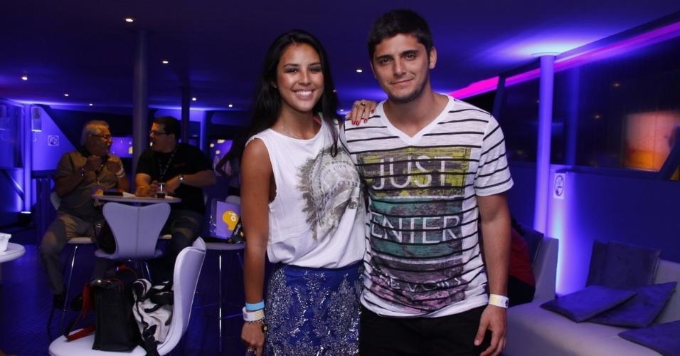 20.set.2013 - Bruno Gissoni é acompanhado pela namorada, Yanna Lavigne, na noite mais 'romântica' do festival
