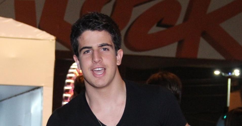 20.set.2013 - Enzo, filho de Claudia Raia e Edson Celulari, vai aos shows da noite mais 'romântica' do festival