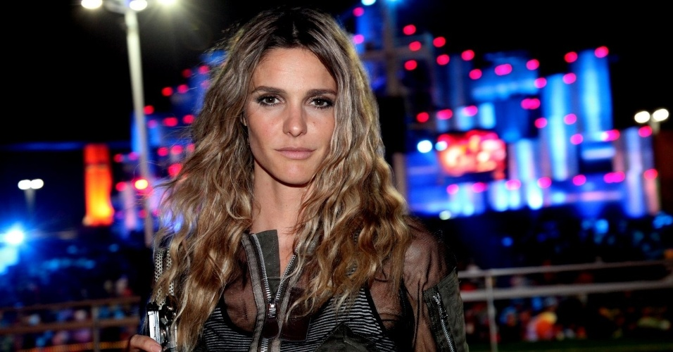 20.set.2013 - Fernanda Lima circula sozinha pela plateia do Rock in Rio, na noite de show do Bon Jovi