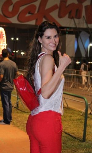 20.set.2013 - Lavínia Vlasak usa uma mochilinha para carregar seus pertences durante o festival