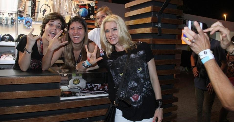 20.set.2013 - Letícia Spiller deu 'show de simpatia' com vendedores de um quiosque do Rock in Rio