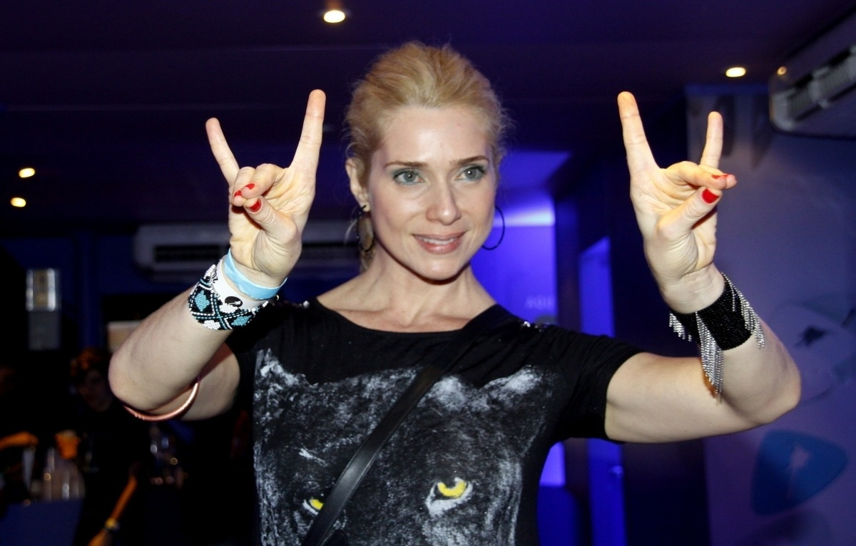 20.set.2013 - Letícia Spiller faz sua versão para o sinal dos metaleiros