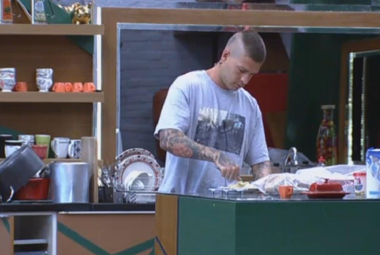20.set.2013 - Mateus Verdelho preparando lanche