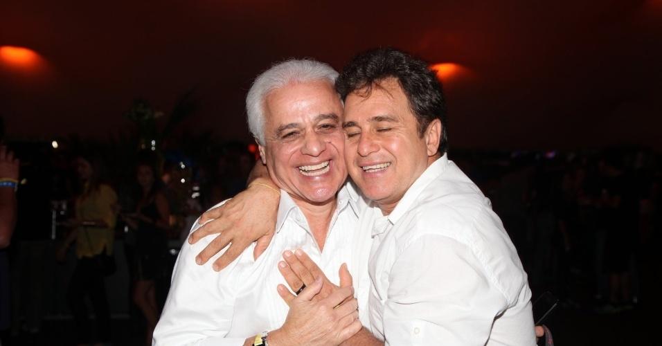 20.set.2013 - O ator Marcos Frota abraça o fundador do Rock in Rio, Roberto Medina, em um dos camarotes do festival