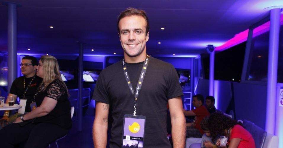 20.set.2013 - O ex-jogador de futebol Roger circula desacompanhado por camarote na noite mais 'romântica' do festival